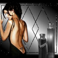 Девушка во чёрном костюм с глубоким вырезом